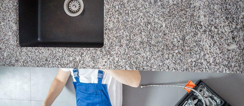 معالجة تسربات المياه في المطبخ